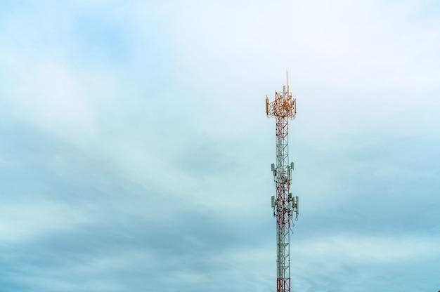 푸른 하늘과 흰 구름과 통신 타워입니다. 푸른 하늘에 안테나입니다. 라디오 및 위성 극. 통신 기술. 통신 산업. 모바일 또는 통신 4g 네트워크.