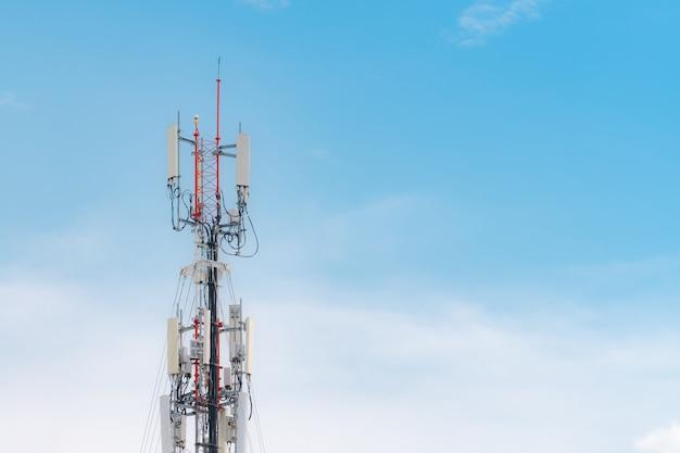 青い空と白い雲の背景を持つ通信塔。青い空のアンテナ。ラジオと衛星ポール。通信技術。電気通信産業。モバイルまたはテレコム4gネットワーク。