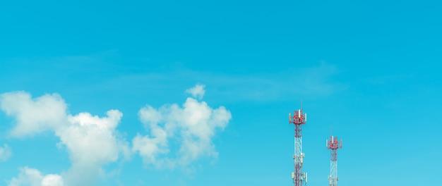 Телекоммуникационная башня с голубым небом и белыми облаками. радио и спутниковый столб. коммуникационные технологии. телекоммуникационная промышленность. мобильная или телекоммуникационная сеть 4g и 5g. телекоммуникационный пилон.