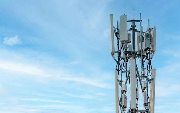 Телекоммуникационная башня с фоном голубого неба. антенна. радио и спутниковый столб. коммуникационные технологии. телекоммуникационная промышленность. мобильная или телекоммуникационная сеть 4g. телекоммуникационная промышленность.