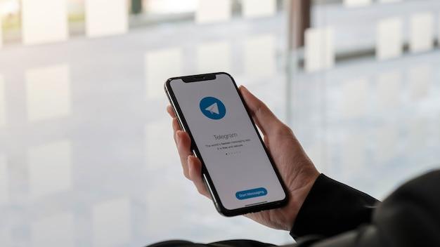 Значок приложения telegram на экране крупным планом. значок приложения telegram. telegram - это социальная сеть в интернете. приложение для социальных сетей