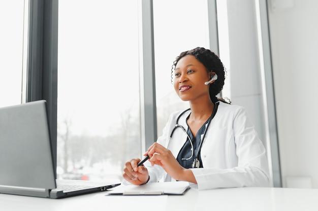 テレヘルス、電話で患者と相談するヘッドセットのアフリカ系アメリカ人医師