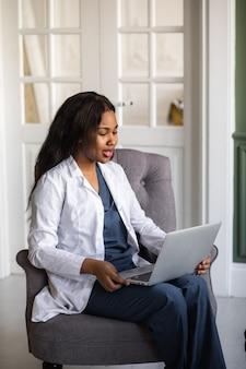 Телездравоохранение с виртуальным визитом к афроамериканскому врачу и сеансом онлайн-терапии. онлайн-конференция
