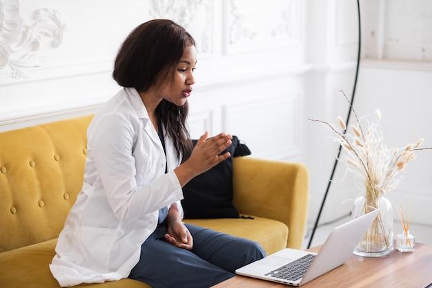 Телездравоохранение с виртуальным визитом к врачу-женщине и сеансом онлайн-терапии онлайн-конференция темнокожей женщины-врача