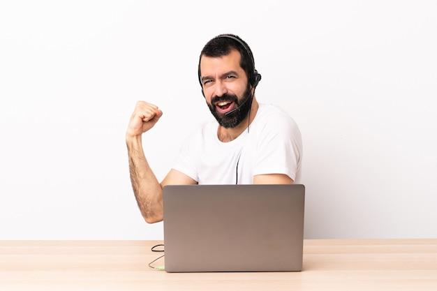 헤드셋을 사용 하 고 노트북 승리를 축 하하는 텔레마케터 백인 남자.