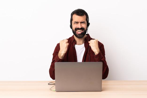 ヘッドセットと悪い状況にイライラしたラップトップで働いているテレマーケティング白人男性