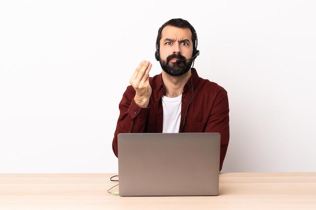 헤드셋과 이탈리아 제스처를 만드는 노트북을 사용하는 텔레마케터 백인 남자.