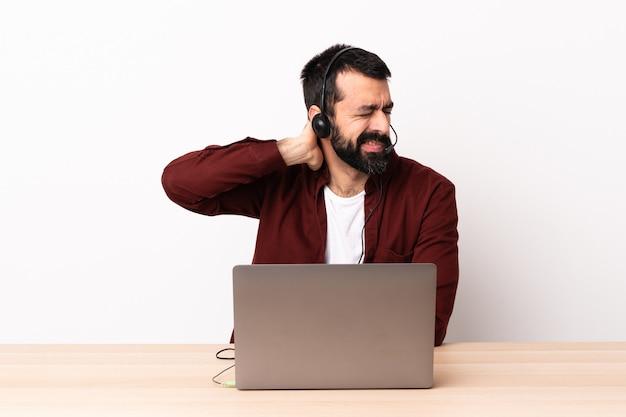 헤드셋과 목에 노트북을 사용하는 텔레마케터 백인 남자