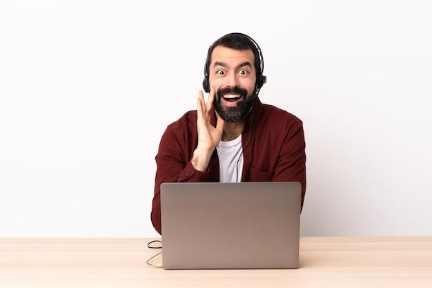 헤드셋과 놀람과 충격 된 표정으로 노트북을 사용하는 텔레마케터 백인 남자.