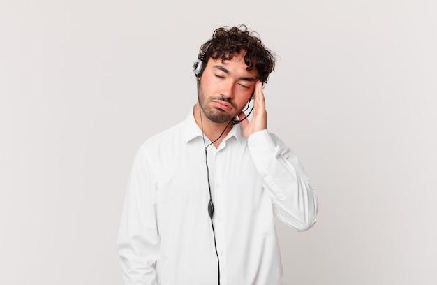 テレマーケティング担当者は、手で顔を持って、退屈で、退屈で、退屈な仕事をした後、退屈、欲求不満、眠気を感じます