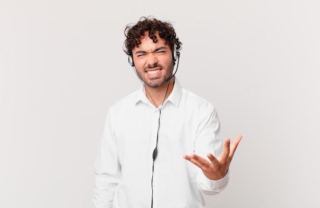 텔레마케터는 화가 나고 짜증이 나며 비명을 지르거나 당신에게 무슨 문제가 있다고 비명을 지르는 것처럼 보입니다.