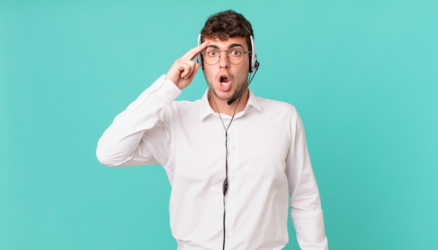 驚いた、口を開いた、ショックを受けた、新しい考え、アイデア、または概念を実現しているテレマーケティング業者