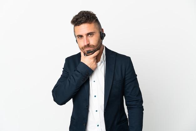 Человек телемаркетинга, работающий с гарнитурой, изолированные на белом фоне мышления
