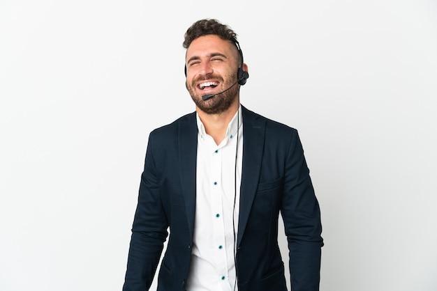 흰색 웃음에 고립 된 헤드셋 작업 텔레마케터 남자