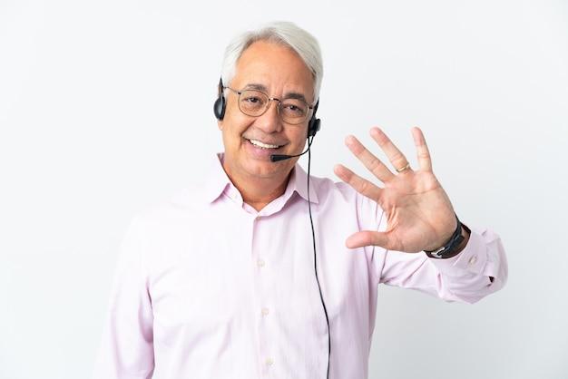 텔레마케터 중년 남자는 흰색 배경에 격리된 헤드셋을 사용하여 손가락으로 5를 세고 있습니다.