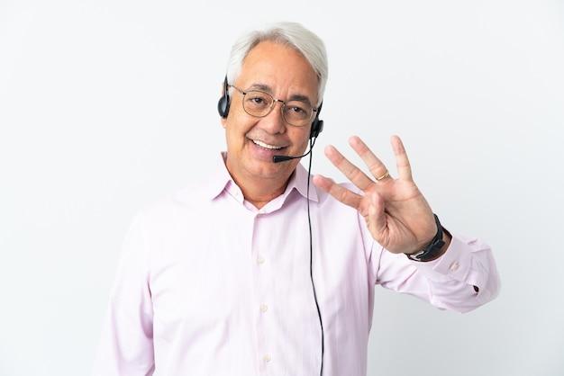 헤드셋으로 작업하는 텔레마케터 중년 남자는 흰색 배경에 행복하고 손가락으로 4 세에 고립