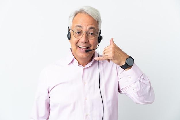 텔레마케터 중년 남자는 흰색 배경에 격리된 헤드셋으로 전화 제스처를 취합니다. 다시 전화주세요 기호