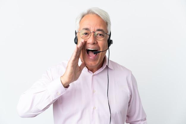 텔레마케터 중년 남자는 흰색 배경에 격리된 헤드셋을 가지고 입을 벌리고 소리를 지른다