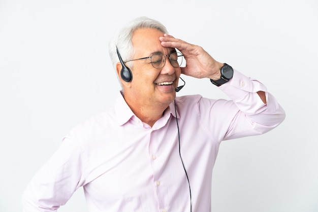 Телемаркетер среднего возраста человек, работающий с гарнитурой, изолированные на белом фоне, много улыбаясь