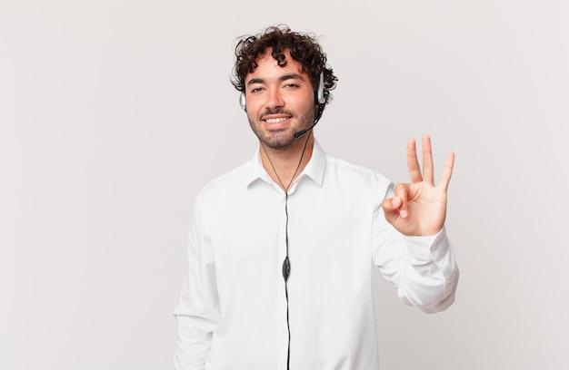 텔레마케터는 웃고 친근하게 보이며 손을 앞으로 내미는 3번 또는 3번을 보여주고 카운트다운