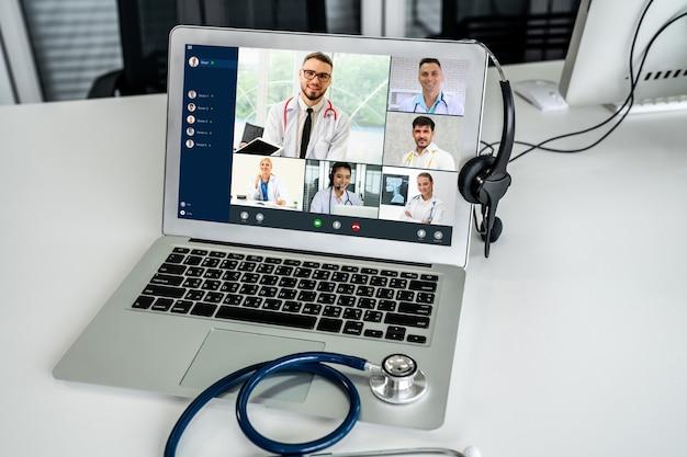 Онлайн-видеозвонок службы телемедицины для активного общения врача с пациентом