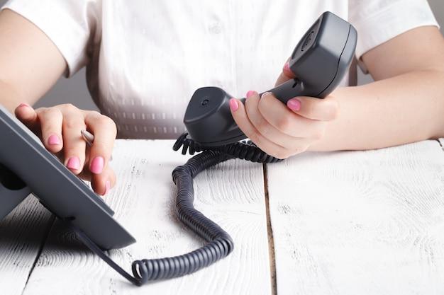 Телефонный набор, контакт и концепция обслуживания клиентов. выбранный фокус