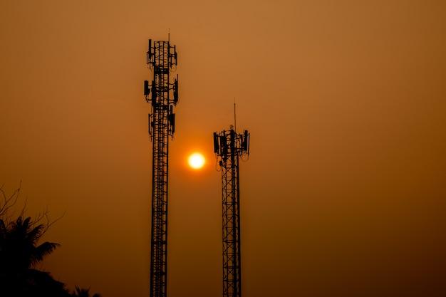 電話信号アンテナ、日の出の背景