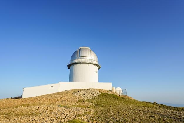 Javalambreteruelスペインの天体物理観測所の山の頂上にある望遠鏡