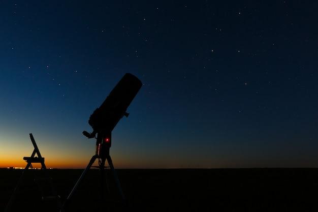 Телескоп для изучения звезд и планет подготовлен для наблюдений на открытом воздухе.