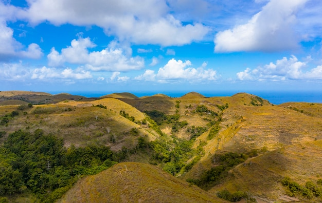 Teletubbies hill。ドローンショットトロピカルサバンナヒルズヌサペニダ、バリ島-インドネシア
