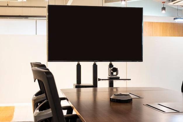 Пустой экран телевизора в конференц-зале