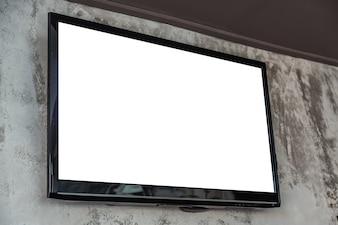 壁に空白の画面とテレビ