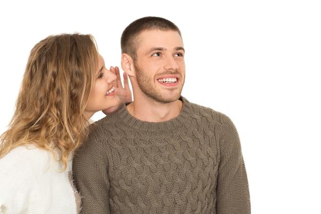 Никому не говори. портрет красивой молодой пары, великолепная женщина, шепчущая своему мужчине copyspace сбоку