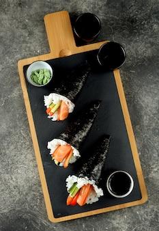 サーモン、キュウリ、ピーマンのテマキ寿司