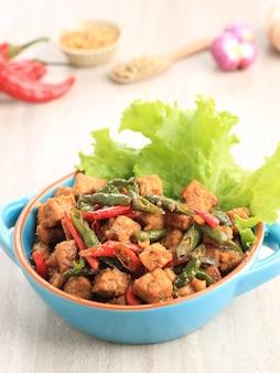 템페 오렉(tempe orek) 또는 볶음 튀긴 템페(tempeh), 템페로 만든 인도네시아 전통 요리로 간장 또는 야자 설탕을 첨가했습니다. 가끔 고추를 넣어 매운맛을 낸다.