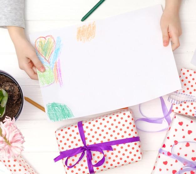 空白の白い紙を塗ったデザイン子供の手のテンプレート