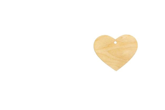 Шаблон деревянного сердца с прорезью для кулона на белом фоне, изолировать. макет для приглашения, дня святого валентина, визитной карточки