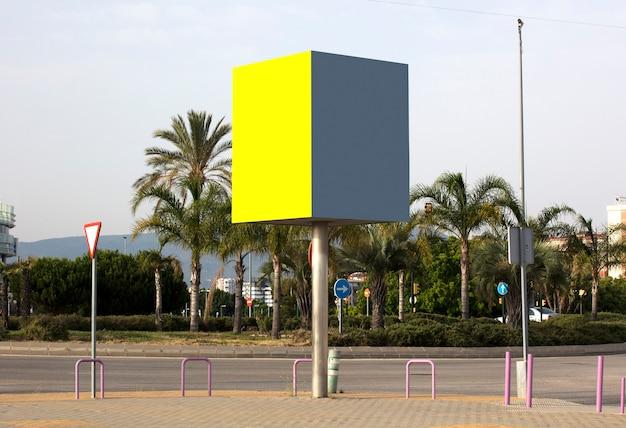 Шаблон двух пустых городских рекламных щитов на открытом воздухе, макет информационного