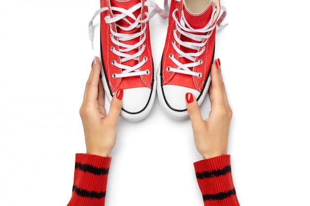 白い背景の上の夏の靴を持つテンプレート。コピースペースとフラットレイアウトトップビュー赤いスニーカー。ファッションショッピング販売コンセプト