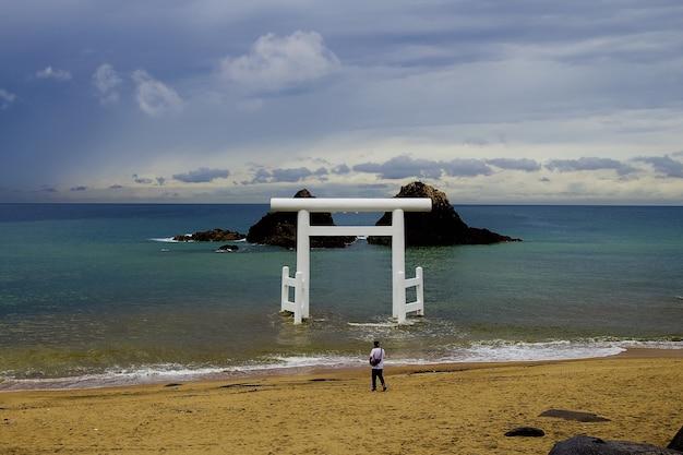 Porta del tempio in piedi nel mare