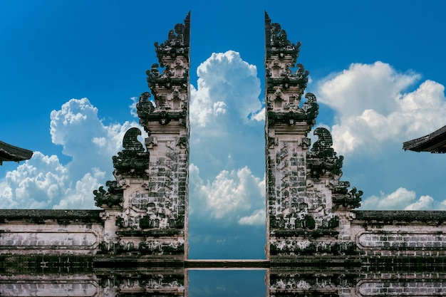 インドネシア、バリ島のレンプヤンルフル寺院の寺院の門