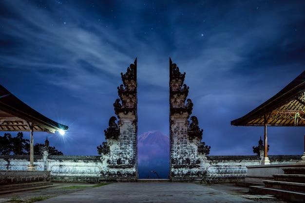 バリ島のレンプヤンルフル寺院の寺院の門