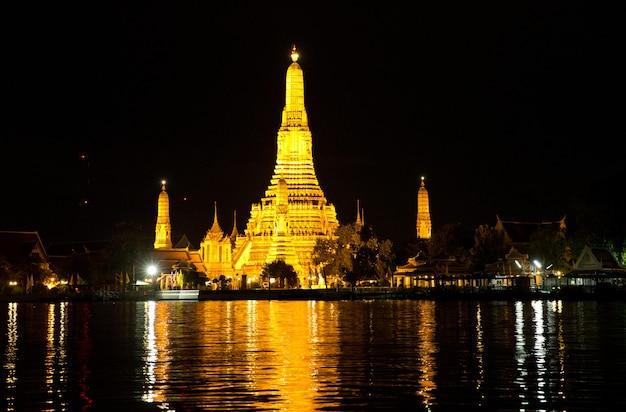 Храм в бангкоке ночью, таиланд