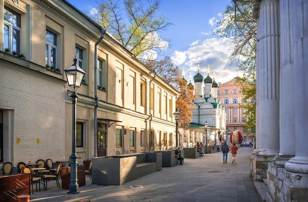 Храм в черниговском переулке в москве в солнечный летний день