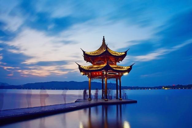 湖の真ん中にある寺