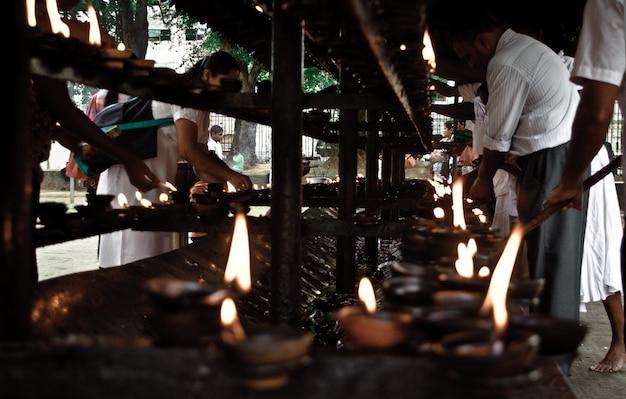 Храм в шри-ланке. ароматические палочки и свечи. жертвы на праздник. обряд