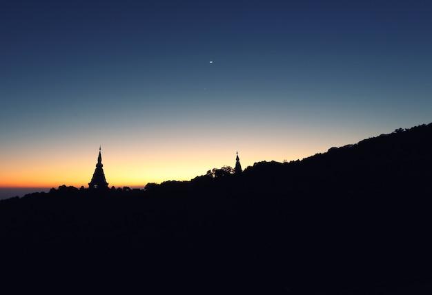 日の出の寺院