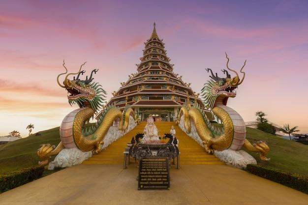 Храм в таиланде с красивым пейзажем закатного неба