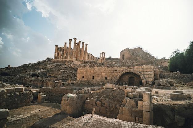 요르단의 현대 제라쉬에 있는 고대 로마 도시 게라사에 있는 사원. 푸른 하늘에 고 대 건물의 오래 된 열입니다. 지중해의 고대 로마 명소.