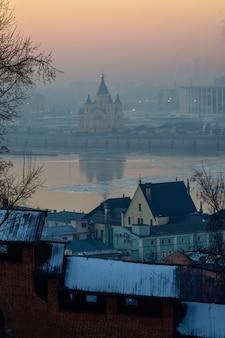 テンプル、ニジニノヴゴロド。冬の日没